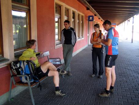 Unsere Stuttgarter -/> Beschmuh Sie fuhren mit der Bahn!&#8216; /></a><br /> <em>Unsere Stuttgarter -> Beschmuh Sie fuhren mit der Bahn!</em></p> <p>Also pennten wir in Arnoldstein -der Müllkippe von Kärnten-. Zugegeben, schön ist es wirklich nicht. Nach einer Zeche im Lionsclubpub gingen wir dann gut angeheitert ins Nest.</p> <p><a href=